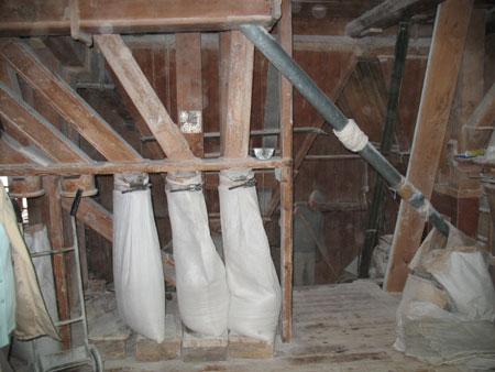 Notranjost mlina z vrečami za moko