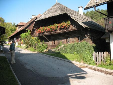 Stara na pol obljudena hiša tik ob cerkvi sv. Danijela v Šentanelu