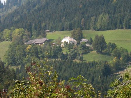 Pogled na Končnikovo domačijo iz doline Tople