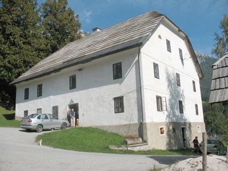Mogočna zidana Končnikova hiša s čopoma in streho iz skodel