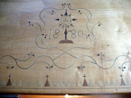 Detajl mize, iz katerega so vidne oznake za dneve in tedne in vidna je tudi letnica izdelave