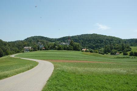 Gručasto naselje Šentlambert leži severno nad sotesko reke Save in severovzhodno od grape potoka Mošenika