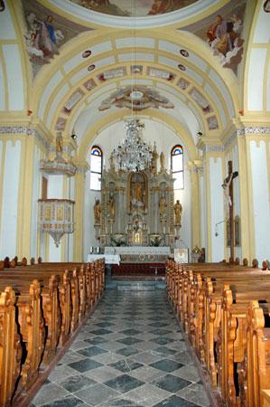 Pogled na glavni oltar s kipom sv. Lamberta in freskami Janeza Šubica