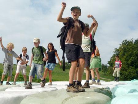 blogi 62 02 otroci na balah sena Mednarodni jezikovni poletni tabori za otroke na Kozjanskem - julij in avgust 2010