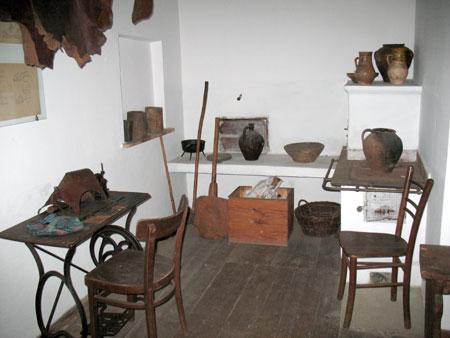V prostoru, kjer se je odvijala čevljarska obrt je kotiček s štedilnikom, kjer so kuhali in ogrevali prostor ter kurišče z več različnimi posodami.