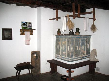 Spalnico so ogrevali s krušno pečjo, okoli katere so klopi, na peči je nekaj predmetov, leseno ogrodje za sušenje pa je pritrjeno na lesen strop.