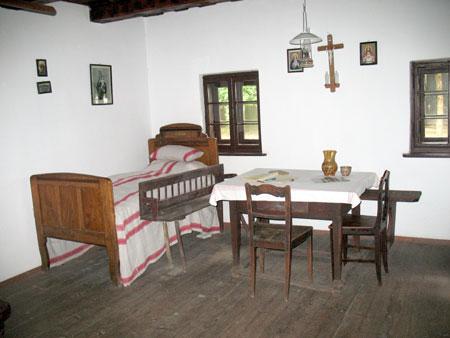 Del sobe, ki je v prvi vrsti služila za spanje; v njej je postelja, miza s klopmi in stoli, ter