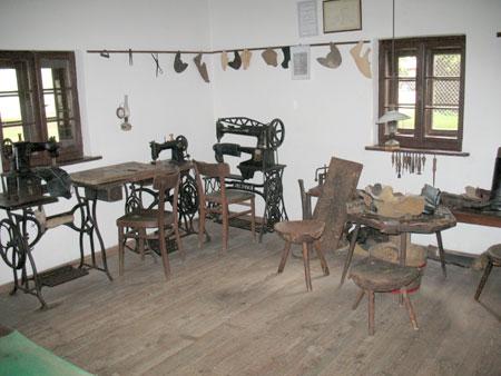 Najpomembnejši predmeti v delavnici so stroji za šivanje čevljev, čevljarske mize in trinožni stoli, ter različno orodje in kopita za izdelovanje čevljev.