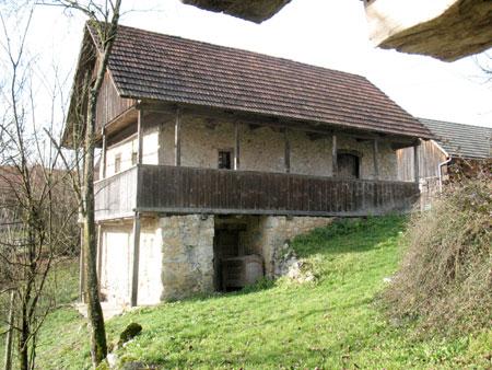 200 let stara zidana hiša, v kateri je sedaj informacijski center. Hiša je podkletena in ima gank po dveh stranicah hiše.
