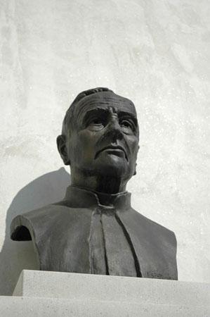 Spomenik katoliškemu mislecu in krškemu škofu Antonu Mahniču na pročelju zakristije