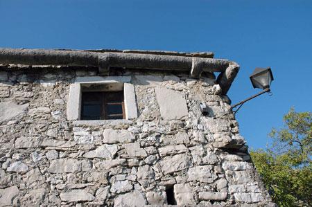 Kamniti žleb na romanski hiši