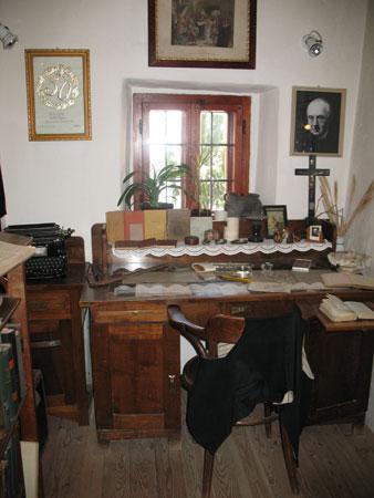 Kamra, preurejena v Jalnovo delovno sobo s pisateljevo pisalno mizo in njegovimi osebnimi predmeti.