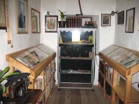 Del kamre z vitrinami polnimi Jalnovih del in rokopisov.
