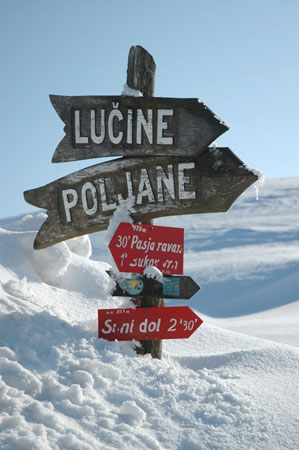 Po parku je speljana Polhograjska planinska pot
