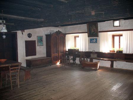 Velika 'hiša' z veliko pečjo in mogočnim stropnim tramom