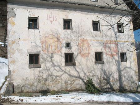 Južna stena z dobro ohranjenimi tremi freskami in še nekaterimi drugimi okraski