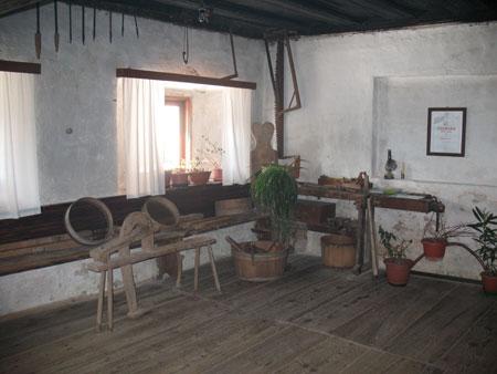 V 'hiši' stoji mizarska miza, več orodja in naprav, ki so jih uporabljali na kmetih.