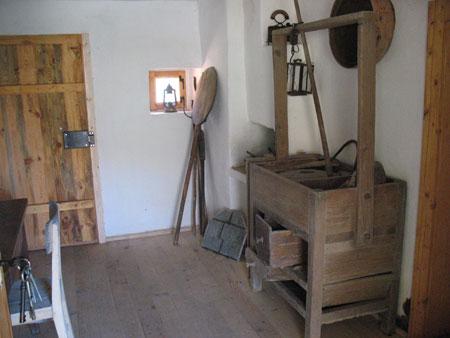 Veža, ki je hkrati tudi kuhinja s kuriščem, omaro za posodo in kuhinjskim orodjem