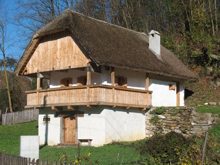 Lepo obnovljena Vukova hiška z novim gankom po celi dolžini vzhodne polovice hiše in s povsem novo slamnato streho